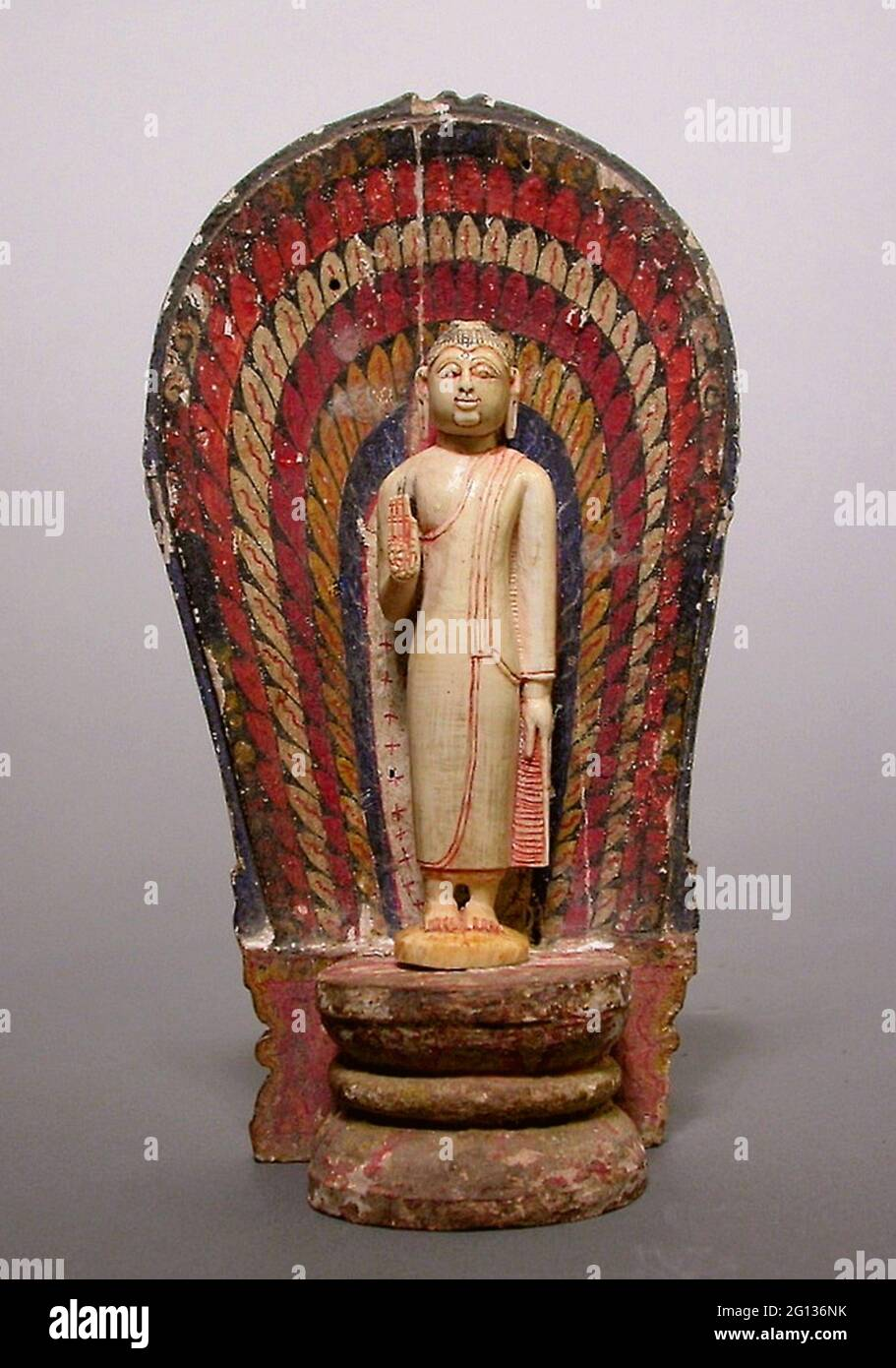 Bouddha debout à la main dans le geste de réconfort (Abhayamudra) avec le Nimbus rayonnant - période de Kandyan (1480 - 1815) - Sri Lanka. Ivoire, bois, Banque D'Images