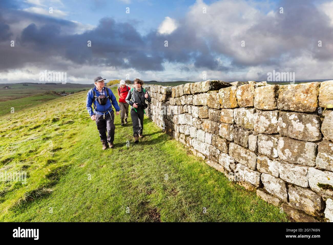 Marcher sur le sentier le long du mur d'Hadrien, Angleterre, Royaume-Uni Banque D'Images