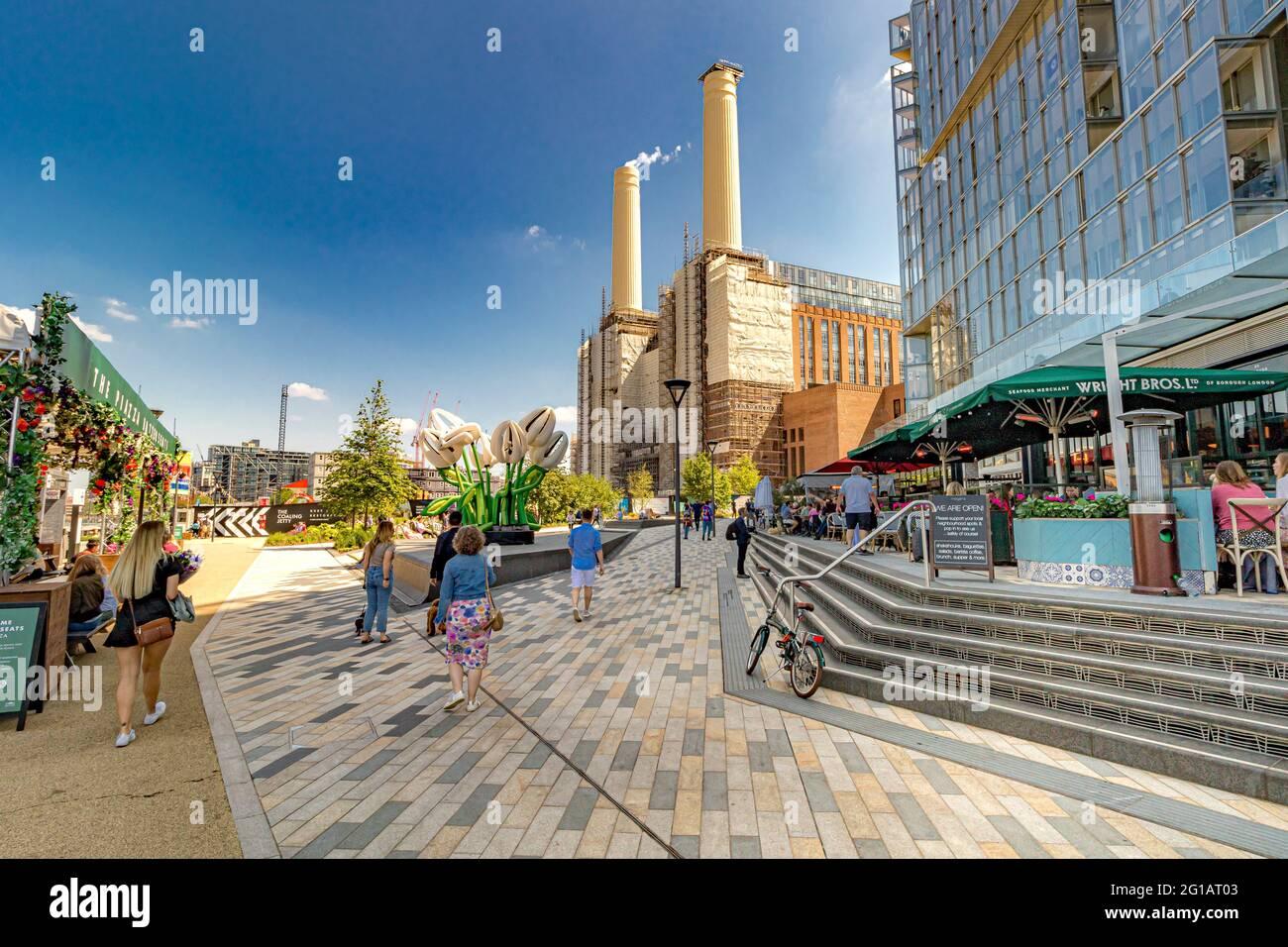 Les gens marchent et dînent au Circus West Village, un nouveau développement de restaurants, magasins et appartements de luxe, Battersea Power Station, Londres, Royaume-Uni Banque D'Images