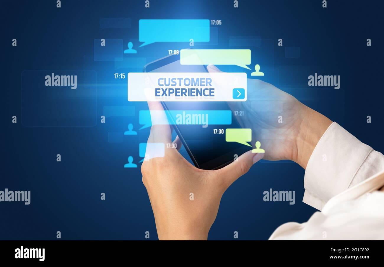 Utilisation manuelle d'un smartphone avec concept de réseaux sociaux Banque D'Images
