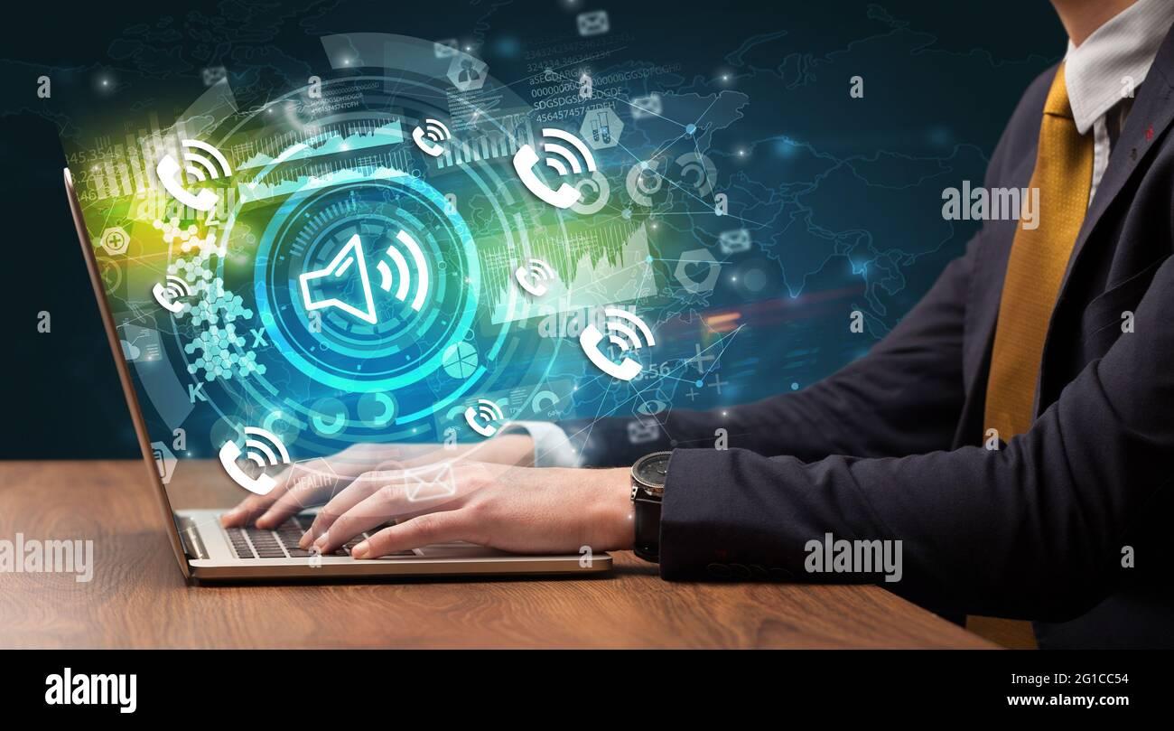 Saisie manuelle professionnelle sur un ordinateur portable moderne Banque D'Images