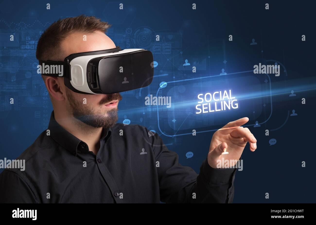 Homme d'affaires regardant à travers les lunettes de réalité virtuelle, concept de médias sociaux Banque D'Images