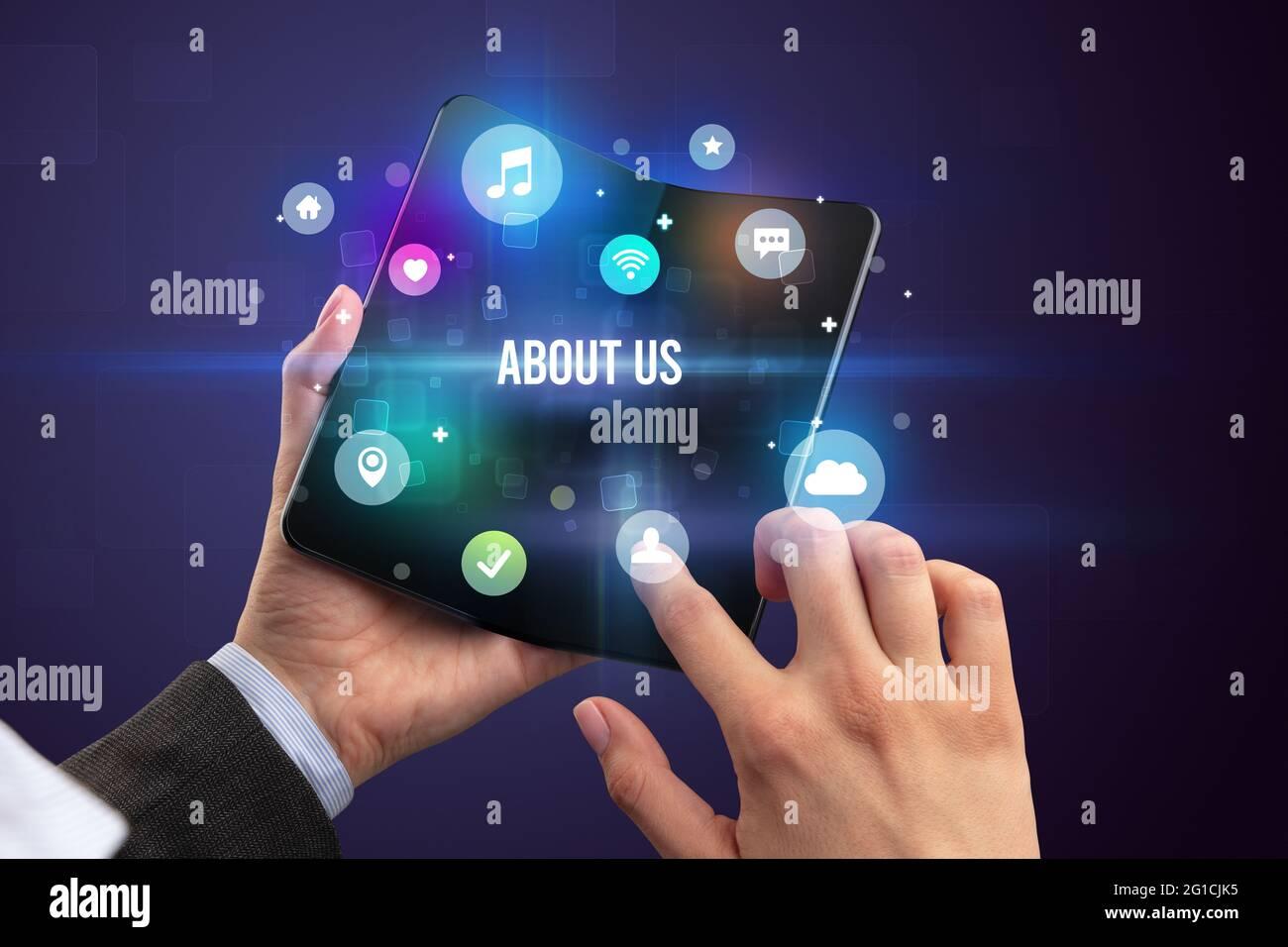 Homme d'affaires tenant un smartphone pliable Banque D'Images