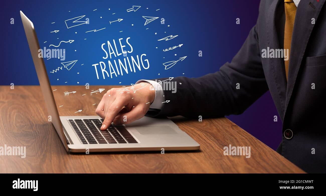 Homme d'affaires travaillant sur ordinateur portable, concept d'e-commerce Banque D'Images