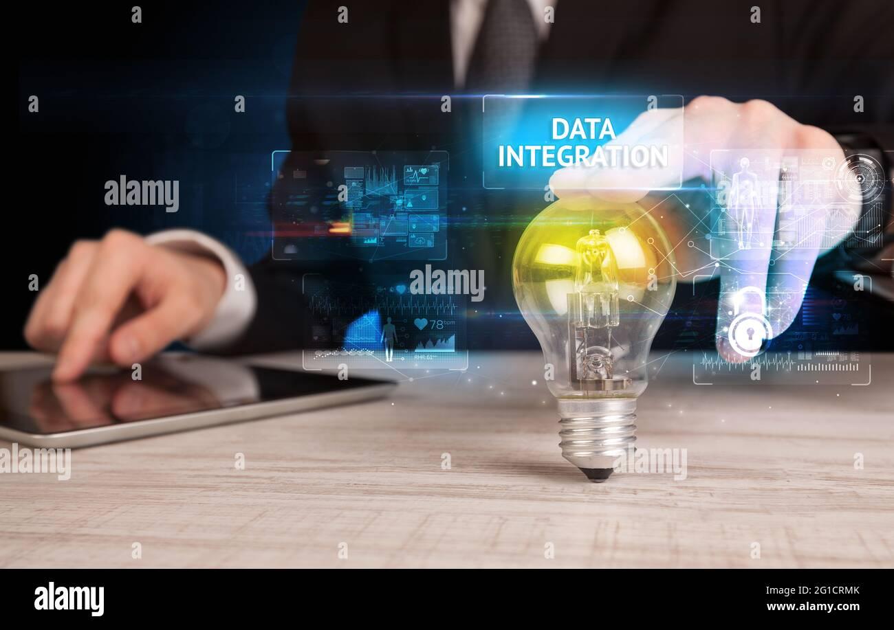 Homme d'affaires tenant une ampoule, concept de sécurité en ligne Banque D'Images