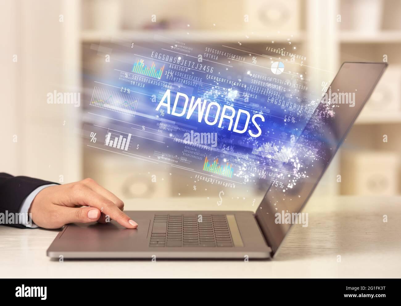 Gros plan sur les mains d'homme d'affaires travaillant sur un ordinateur portable Banque D'Images