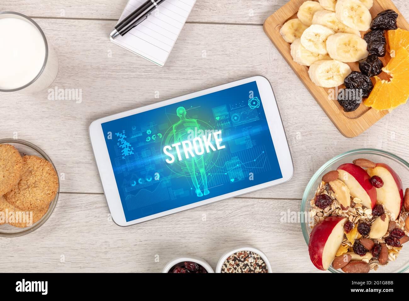 Tablet PC avec fruits, concept médical Banque D'Images