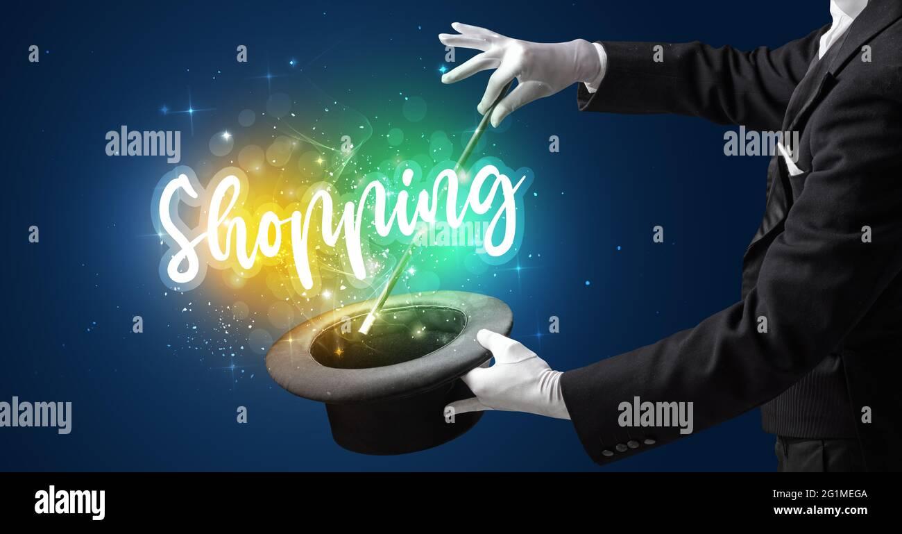 Le jeune magicien montre une astuce magique Banque D'Images