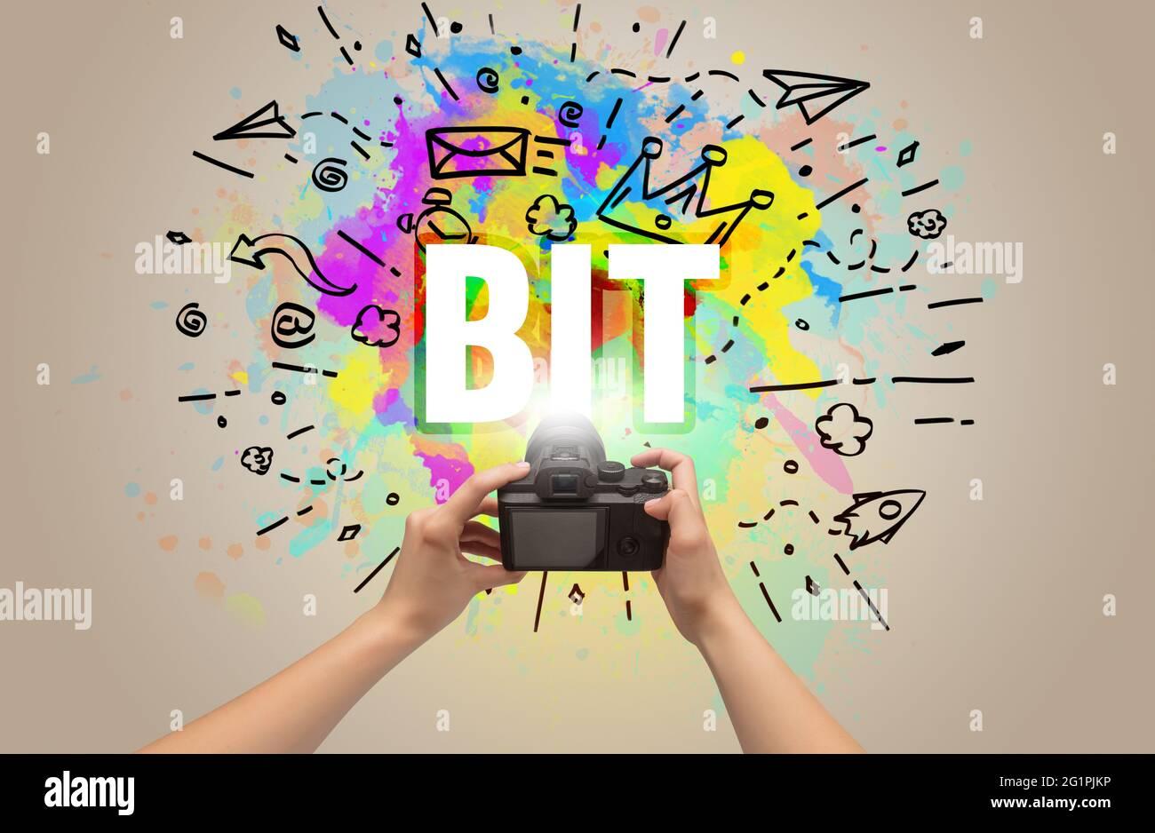 Gros plan d'une main tenant un appareil photo numérique avec dessin abstrait Banque D'Images