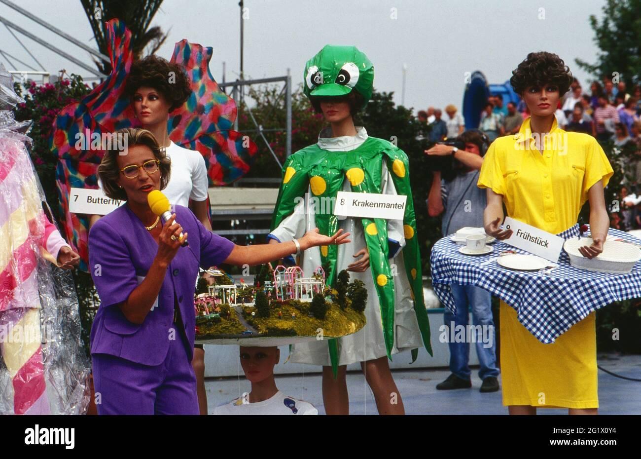 ZDF Fernsehgarten, Sonntagsunterhaltung aus dem Garten des ZDF à Mayence, Sendung vom 16. Août 1992, Moderatorin Ilona Christen präsenert lustige Regenmode Banque D'Images
