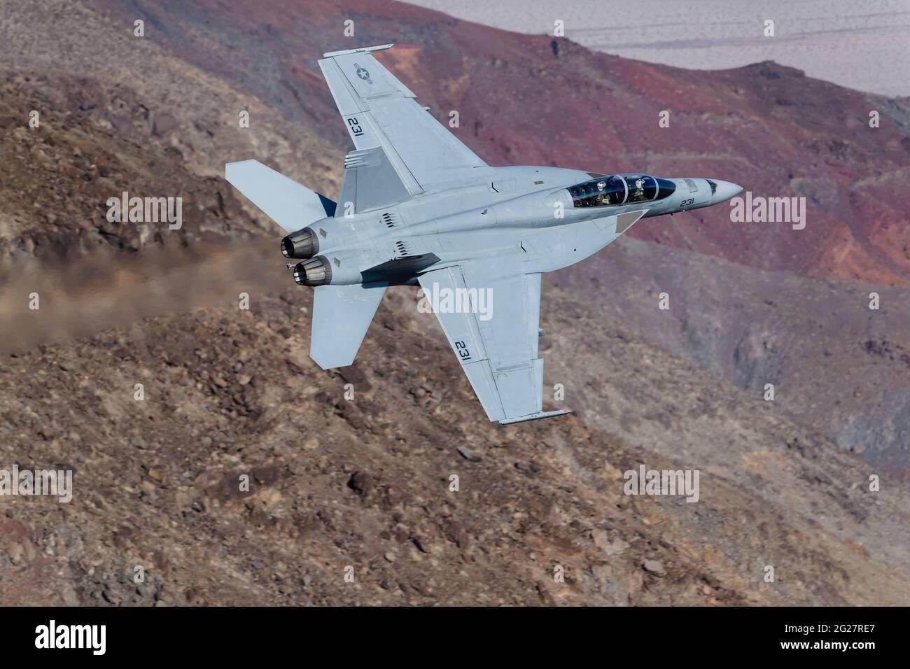 Un Super Hornet de la marine américaine F/A-18F traverse la vallée de la mort, en Californie. Banque D'Images