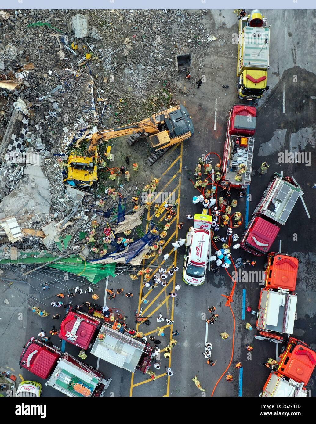 Gwangju, Corée du Sud. 9 juin 2021. La photo prise le 9 juin 2021 montre le site d'un accident d'effondrement dans la ville de Gwangju, dans le sud-ouest de la Corée du Sud. Au moins neuf personnes ont été confirmées mortes et huit autres blessées dans un accident d'effondrement de bâtiments dans le sud-ouest de la Corée du Sud, a rapporté l'agence de presse Yonhap mercredi. (NEWSIS/Handout via Xinhua) Credit: Xinhua/Alay Live News Banque D'Images