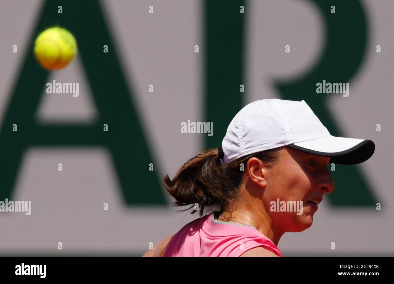 Paris, France. 9 juin 2021. IGA Swiatek, de Pologne, réagit lors du quart-finale féminin entre Maria Sakkari, de Grèce, et IGA Swiatek, de Pologne, lors du tournoi de tennis Open de France à Roland Garros, à Paris, en France, le 9 juin 2021. Credit: Gao Jing/Xinhua/Alamy Live News Banque D'Images