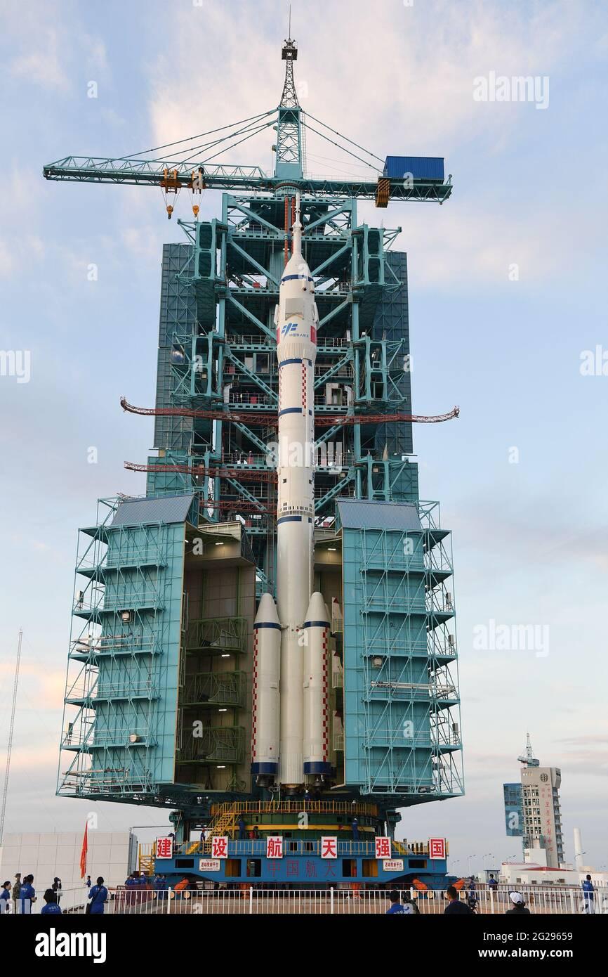 (210609) -- JIUQUAN, le 9 juin 2021 (Xinhua) -- la photo montre la combinaison du vaisseau spatial habité de la Shenzhen-12 et d'une grande fusée porteuse Mars-2F après qu'elle a été transférée à la zone de lancement du Centre de lancement de Jiuquan satellite dans le nord-ouest de la Chine, le 9 juin 2021. La combinaison du vaisseau spatial avec pilote de la série Shenzhen-12 et d'une fusée porteuse longue Mars-2F a été transférée dans la zone de lancement, a déclaré mercredi l'Agence spatiale chinoise habitée (CMSA). Credit: Xinhua/Alay Live News Banque D'Images