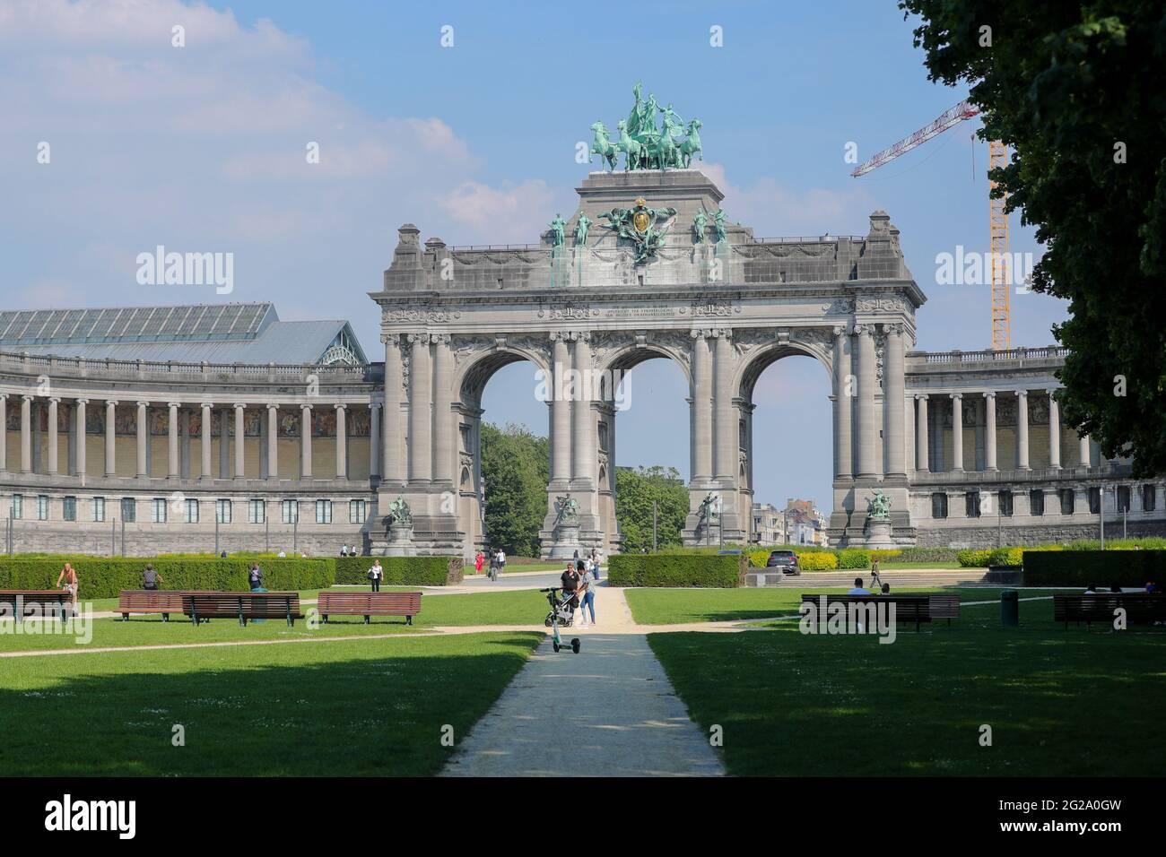 Bruxelles, Belgique. 9 juin 2021. Les gens sont vus dans le Parc du cinquantième anniversaire à Bruxelles, Belgique, le 9 juin 2021. Le plan d'été de la Belgique est entré en vigueur mercredi. Le secteur de l'accueil est autorisé à rouvrir les espaces intérieurs de 5 h à 11 h 30. Le Comité consultatif belge a convenu de nouvelles règles de voyage et de nouveaux plans de relaxation le 4 juin afin de permettre aux personnes de voyager en toute sécurité pendant leurs vacances d'été. Credit: Zheng Huansong/Xinhua/Alay Live News Banque D'Images