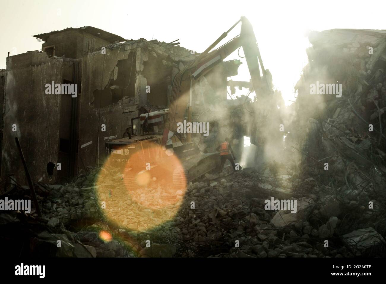 Gaza, Palestine. 09e juin 2021. Des travailleurs palestiniens et des bulldozers avec l'aide des équipages égyptiens retirent les décombres de bâtiments détruits par les frappes aériennes israéliennes le mois dernier, dans la ville de Gaza. (Photo de Ramez Habboub/Pacific Press) crédit: Pacific Press Media production Corp./Alay Live News Banque D'Images