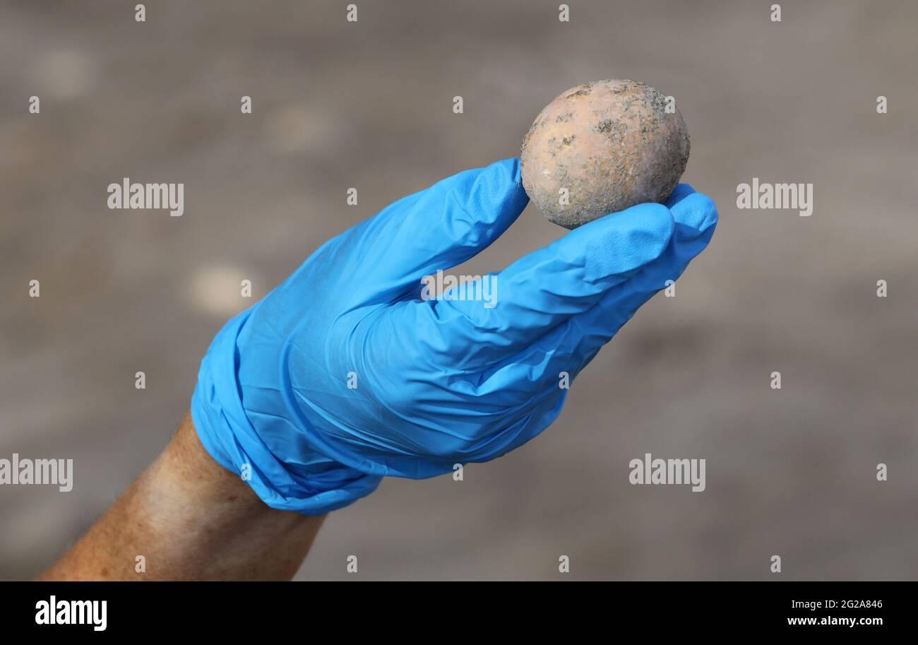 Yavne, Israël. 9 juin 2021. Un archéologue israélien montre un œuf de poulet intact d'il y a environ 1,000 ans à Yavne, dans le centre d'Israël, le 9 juin 2021. Les archéologues israéliens ont découvert un œuf de poulet intact il y a environ 1,000 ans, a déclaré mercredi l'Autorité israélienne des Antiquités (IAA). L'oeuf a été trouvé dans un site d'excavation à Yavne, dans une césspit datant de la période islamique. Credit: Gil Cohen Magen/Xinhua/Alay Live News Banque D'Images