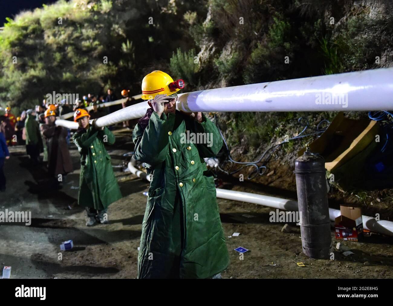 Daixian, province chinoise du Shanxi. 10 juin 2021. Les sauveteurs travaillent sur un site d'accident de mine de fer dans le comté de Daixian, dans la province du Shanxi, au nord de la Chine, le 10 juin 2021. Treize personnes ont été piégées dans une mine de fer qui a inondé la province du Shanxi dans le nord de la Chine, ont déclaré jeudi les autorités locales. Les opérations de sauvetage sont en cours. Credit: Chai Ting/Xinhua/Alay Live News Banque D'Images