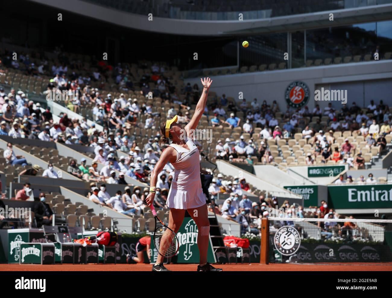 Paris, France. 10 juin 2021. Anastasia Pavlyuchenkova de Russie sert pendant le match semi-fin féminin entre Anastasia Pavlyuchenkova de Russie et Tamara Zidansek de Slovénie au tournoi de tennis ouvert à Roland Garros à Paris, en France, le 10 juin 2021. Credit: Gao Jing/Xinhua/Alamy Live News Banque D'Images
