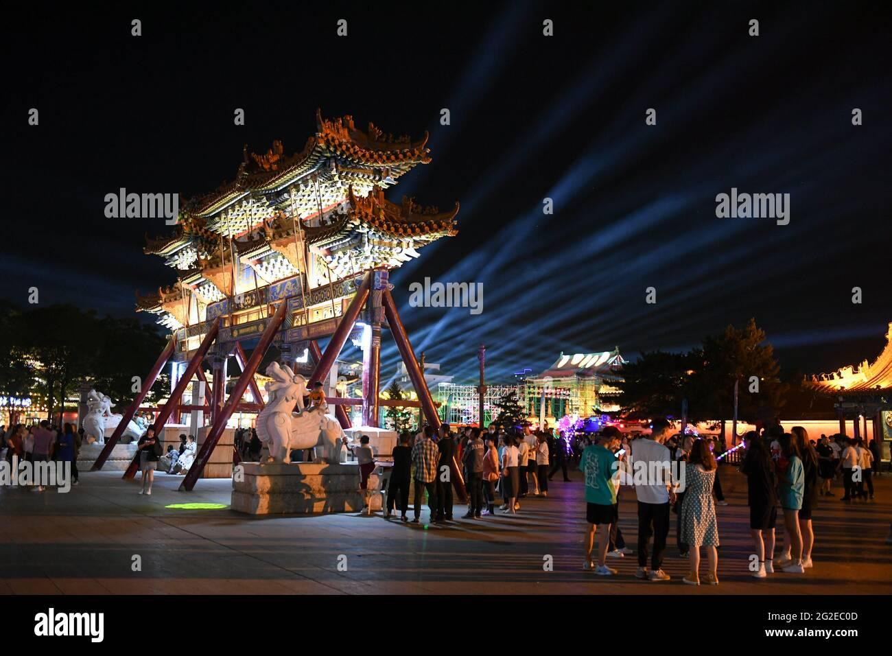 Hohhot, région autonome de la Mongolie intérieure de la Chine. 10 juin 2021. Les touristes visitent un site touristique à Hohhot, région autonome de la Mongolie intérieure, au nord de la Chine, le 10 juin 2021. Diverses activités telles que l'appréciation de la musique traditionnelle et la dégustation de la nourriture locale sont organisées ici pour promouvoir le tourisme. Credit: BEI HE/Xinhua/Alay Live News Banque D'Images