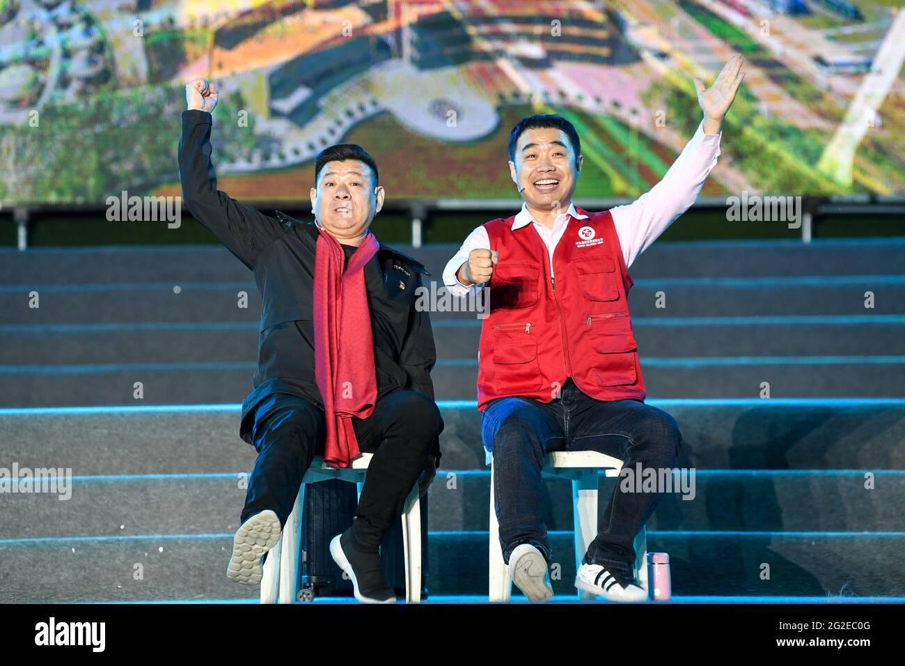 Hohhot, région autonome de la Mongolie intérieure de la Chine. 10 juin 2021. Des artistes se produisent lors d'un événement culturel et touristique à Hohhot, dans la région autonome de la Mongolie intérieure, dans le nord de la Chine, le 10 juin 2021. Diverses activités telles que l'appréciation de la musique traditionnelle et la dégustation de la nourriture locale sont organisées ici pour promouvoir le tourisme. Credit: BEI HE/Xinhua/Alay Live News Banque D'Images