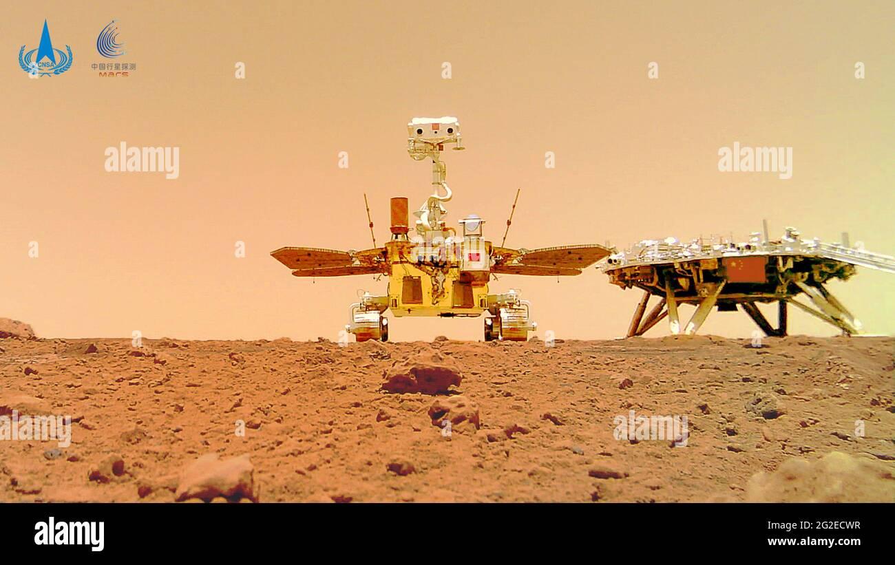 (210611) -- BEIJING, 11 juin 2021 (Xinhua) -- photo publiée le 11 juin 2021 par l'Administration spatiale nationale de Chine (CNSA) montre un selfie du premier mars rover Zhurong de Chine avec la plate-forme d'atterrissage. La China National Space Administration Friday a publié de nouvelles images prises par le premier Mars rover Zhutrong du pays, montrant le drapeau national sur la planète rouge. Les images ont été dévoilées lors d'une cérémonie à Pékin, ce qui signifie le succès total de la première mission d'exploration de mars en Chine. Les images incluent le panorama du site d'atterrissage, le paysage martien et un selfie du rover avec l'atterrissage Banque D'Images