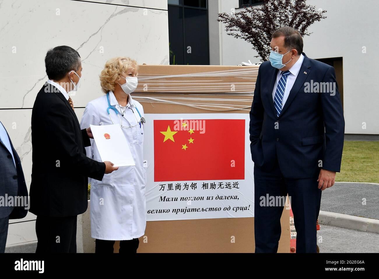 (210611) -- SARAJEVO, 11 juin 2021 (Xinhua) -- Milorad Dodik (R), président de la présidence de Bosnie-Herzégovine (BiH), Jadranka Jovovic (C), directeur du département d'oncologie et d'hématologie de l'hôpital serbe, Et Ji Ping (L), ambassadeur de Chine en Bosnie-Herzégovine, assistent à une cérémonie de don d'un cabinet de sécurité biologique (également connu sous le nom de chambre cyto) à l'hôpital serbe, à Sarajevo-est, en Bosnie-Herzégovine, le 10 juin 2021. L'ambassade chinoise en Bosnie-Herzégovine a fait don jeudi d'un cabinet de sécurité biologique à l'hôpital serbe de Sarajevo-est. POUR ALLER AVEC « la Chine fait don de matériel médical à l'hôpital de Bosnie-Herzégovine » Banque D'Images