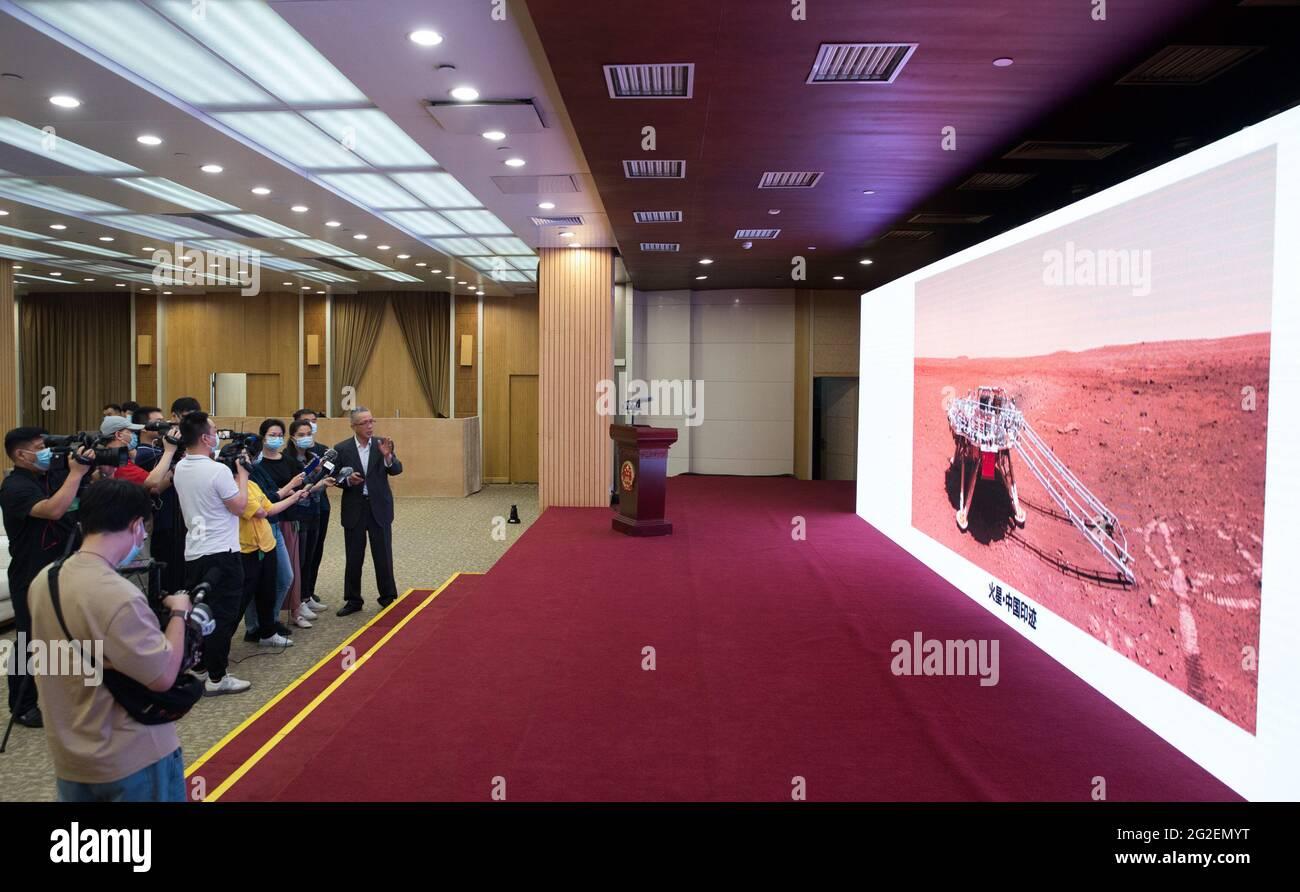 (210611) -- BEIJING, le 11 juin 2021 (Xinhua) -- Zhang Rongqiao, concepteur en chef de la première mission d'exploration de Mars en Chine, présente les nouvelles images prises par le premier mars rover Zhurong en Chine lors de la cérémonie au cours de laquelle les images sont dévoilées à Beijing, capitale de la Chine, le 11 juin 2021. Vendredi, la China National Space Administration (CNSA) a publié de nouvelles images prises par le premier Mars rover Zhutrong du pays, montrant le drapeau national sur la planète rouge. Les images ont été dévoilées lors d'une cérémonie à Pékin, ce qui signifie le succès total de la première mission d'exploration de Mars en Chine. Les images inc Banque D'Images