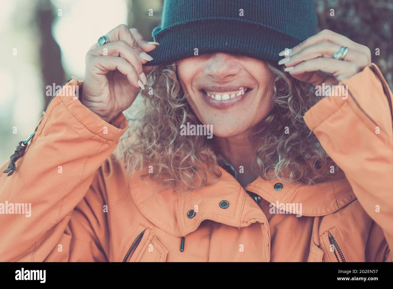Joyeuse belle femme portrait couvrant ses yeux avec coupe d'hiver - les gens heureux profiter des activités de loisirs en plein air - joli sourire et le concept des dents - m Banque D'Images
