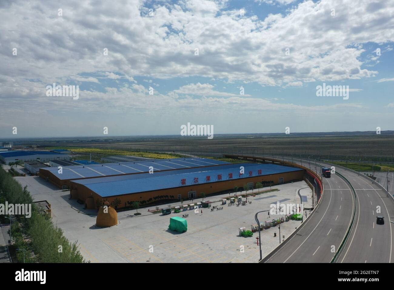 Ourumqi. 5 juin 2021. La photo aérienne prise le 5 juin 2021 montre un parc industriel naan-making à Horgos, dans la région autonome de Xinjiang Uygur, dans le nord-ouest de la Chine. Credit: Gu Yu/Xinhua/Alay Live News Banque D'Images