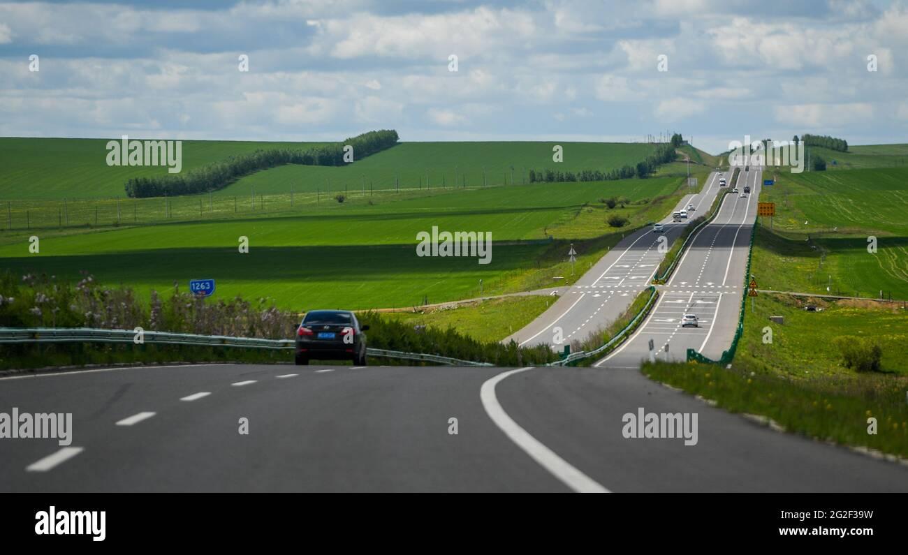 Hulun Buir. 10 juin 2021. Photo prise le 10 juin 2021 montre les paysages herbeuses le long de l'autoroute nationale n° 332 à Hulun Buir, dans la région autonome de Mongolie intérieure de la Chine du nord. Credit: Lian Zhen/Xinhua/Alay Live News Banque D'Images