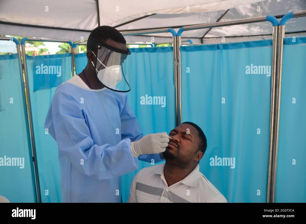 Entebbe, Ouganda. 9 juin 2021. Un travailleur médical recueille un échantillon d'écouvillonnage pour les tests COVID-19 près de l'aéroport international d'Entebbe, district de Wakiso, Ouganda, le 9 juin 2021. Le ministère ougandais de la Santé a déclaré jeudi que le pays a enregistré 1,438 nouveaux cas de COVID-19, la plus forte augmentation quotidienne de la deuxième vague du virus, ce qui porte le nombre national total d'infections à 56,949. Crédit: Nicholas Kajoba/Xinhua/Alamy Live News Banque D'Images
