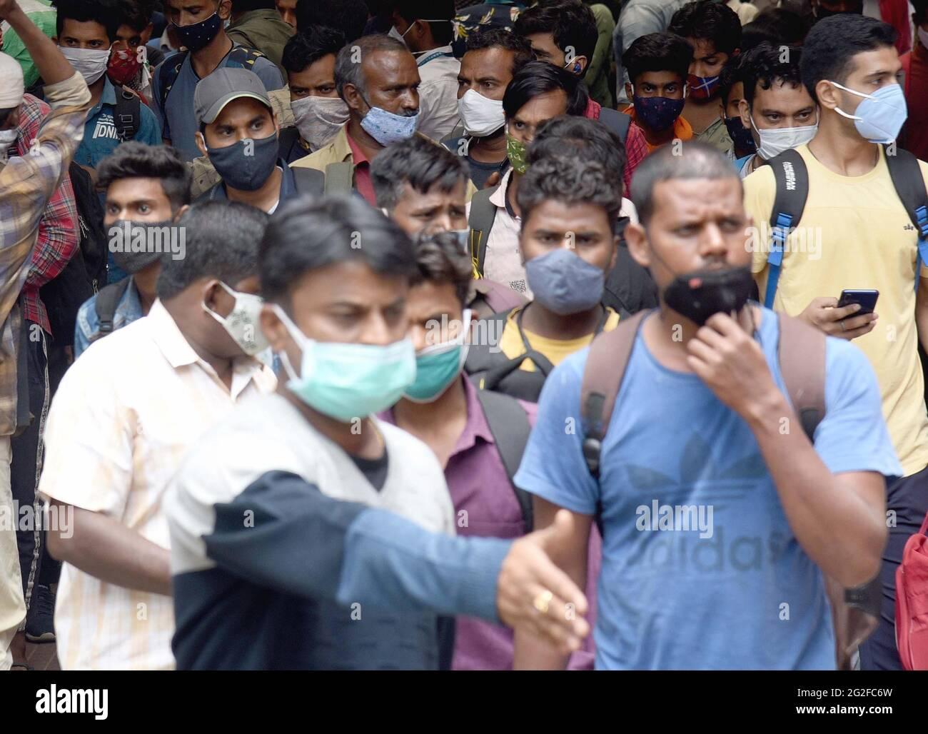 Bangalore, Inde. 10 juin 2021. Les passagers sont vus à la gare ferroviaire de Bangalore pendant le confinement de la COVID-19, à Bangalore, Inde, le 10 juin 2021. Credit: STR/Xinhua/Alay Live News Banque D'Images