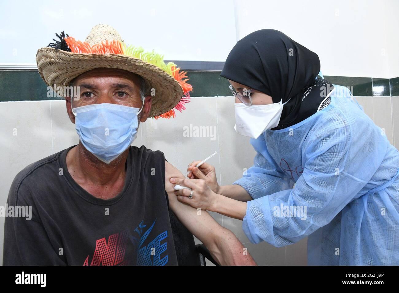Vente, Maroc. 10 juin 2021. Un travailleur médical administre une dose du vaccin Sinopharm COVID-19 en Chine à sale, au Maroc, le 10 juin 2021. Credit: Chadi/Xinhua/Alay Live News Banque D'Images