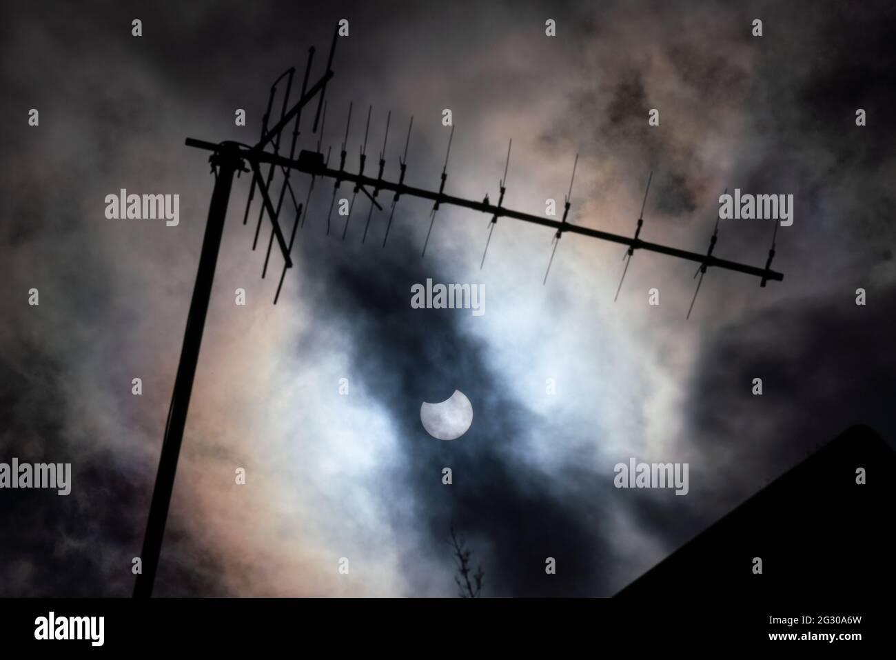 Météo au Royaume-Uni : une éclipse solaire partielle vue de Greenwich Park atteint sa totalité avec la lune qui cache près d'un tiers de la zone du soleil. Londres, Royaume-Uni. Banque D'Images