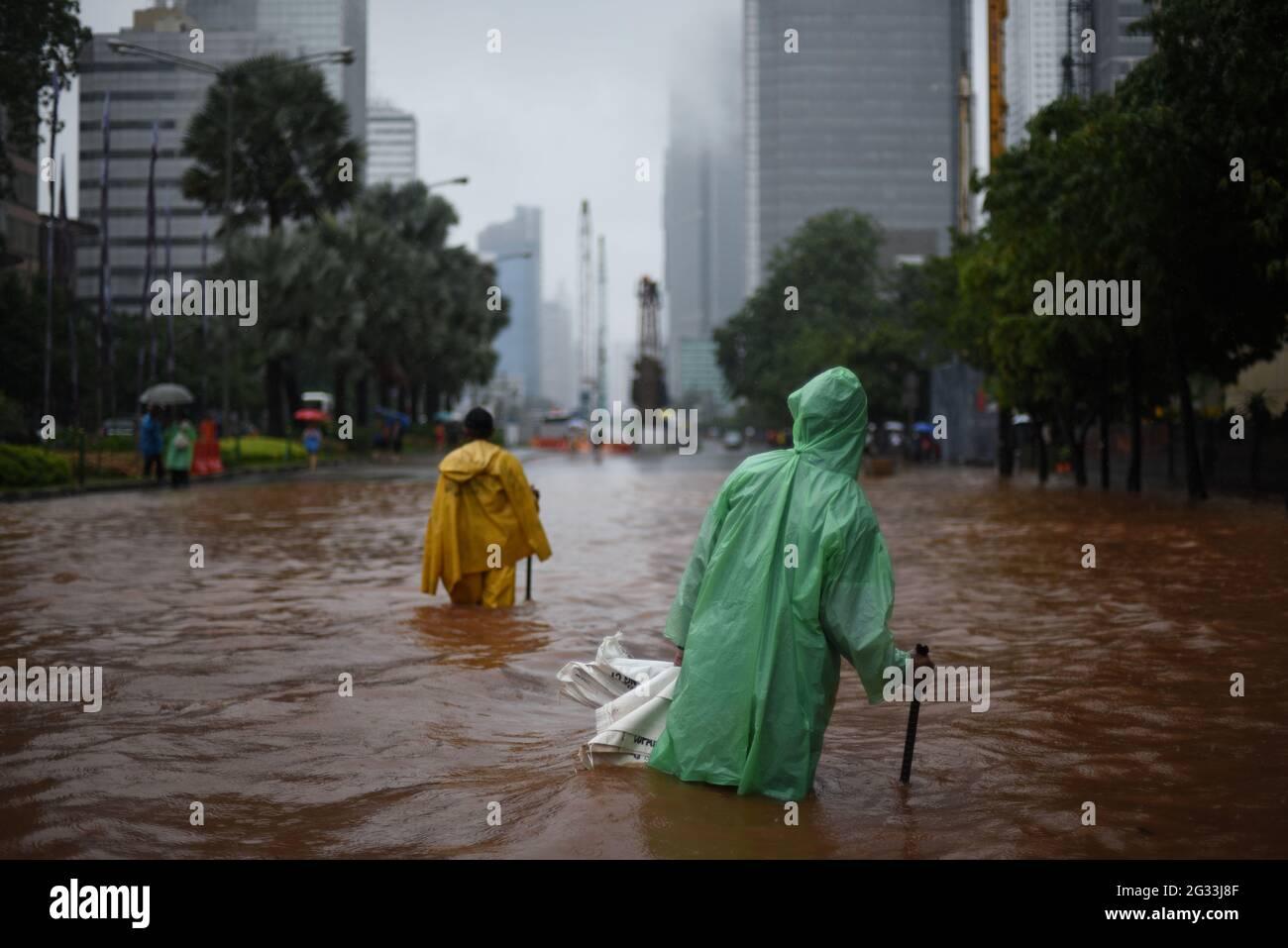 Jakarta, Indonésie. 9 février 2015. Les employés du bureau de planification de la ville tentent de déterminer si le système de drainage de la rue est obstrué, après une pluie continue a inondé Jakarta, sur la rue Thamrin qui s'étend à travers le coeur de la capitale indonésienne. Banque D'Images