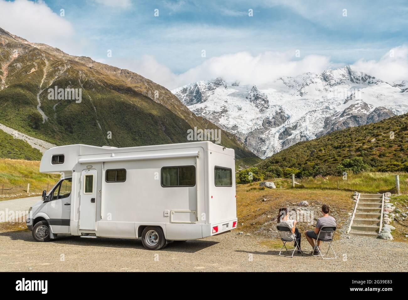 Camping camping-car van, voyage en voiture de camping-car en Nouvelle-Zélande. Couple sur voyage aventure de vacances. Touristes regardant la vue sur le parc national Aoraki Mount Cook et Banque D'Images