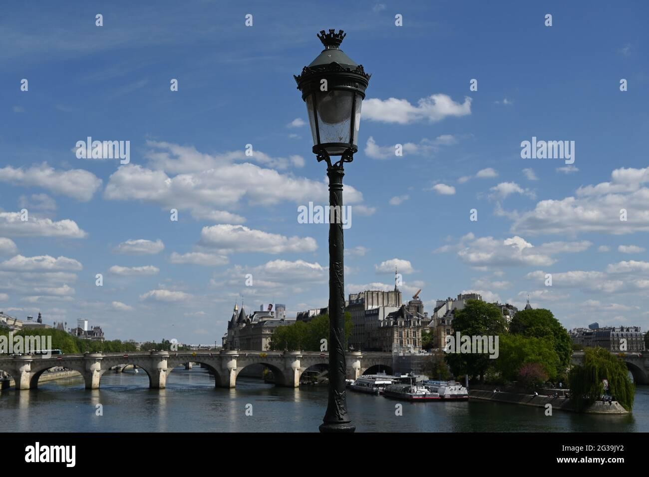 Lanterne de rue vintage sur un pont parisien. Paris, France Banque D'Images