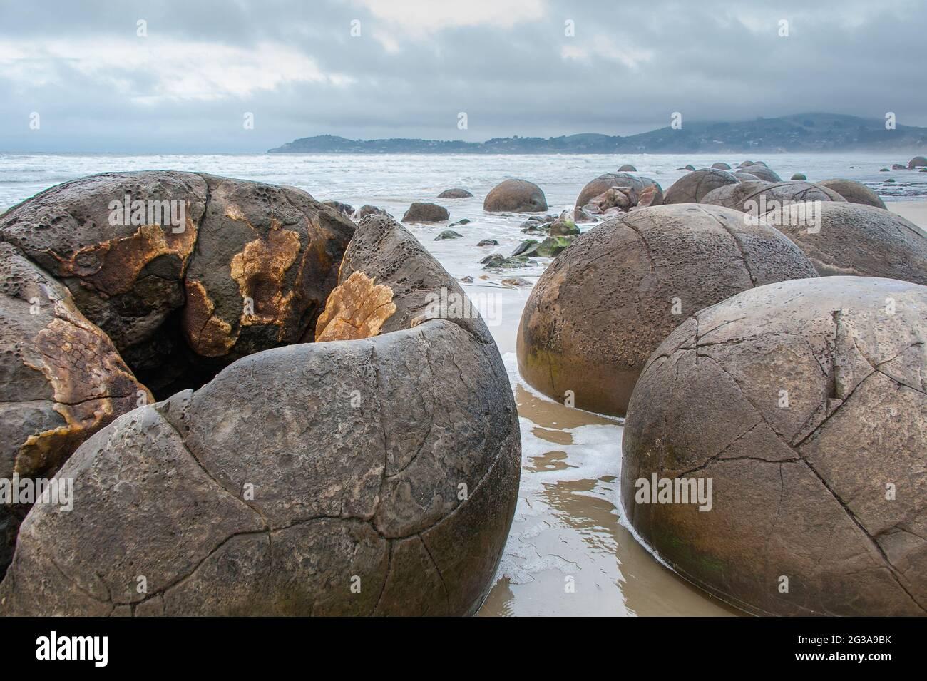 Les Moeraki Boulders sur Koekohe Plage, de l'Otago. Vue rapprochée d'un groupe de rochers sphériques, avec fond de ciel/mer gris Banque D'Images