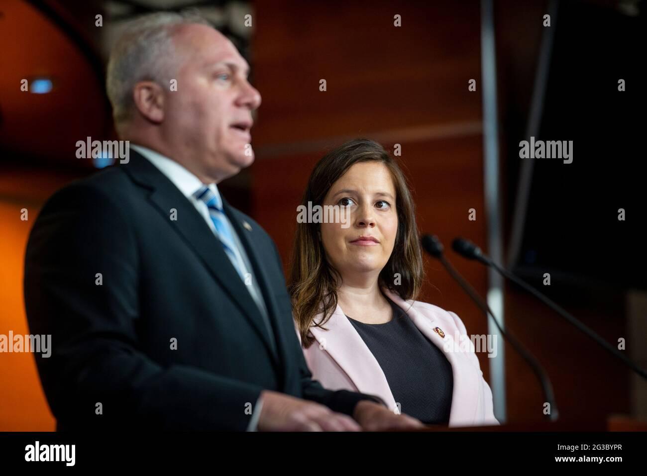 Le whip de la minorité de la Maison des États-Unis Steve Scalise (républicain de Louisiane), à gauche, et la représentante des États-Unis Elise Stefanik (républicaine de New York), à droite, font des remarques lors d'une conférence de presse au Capitole des États-Unis, à Washington, DC, le mardi 15 juin, 2021. Crédit : Rod Lamkey / CNP / MediaPunch Banque D'Images