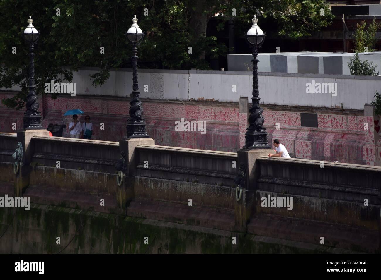 Les coeurs du mur commémoratif national de Covid peuvent être vus dans cette photo prise à partir du pont de Lambeth à Londres Banque D'Images