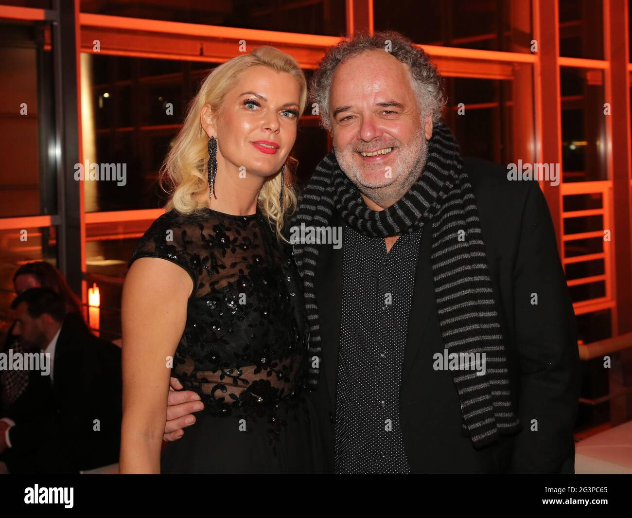 Rédacteur en chef du tabloïd MDR Brisant Annette MuGrauer avec le directeur du divertissement MDR Peter Dreckmann Banque D'Images