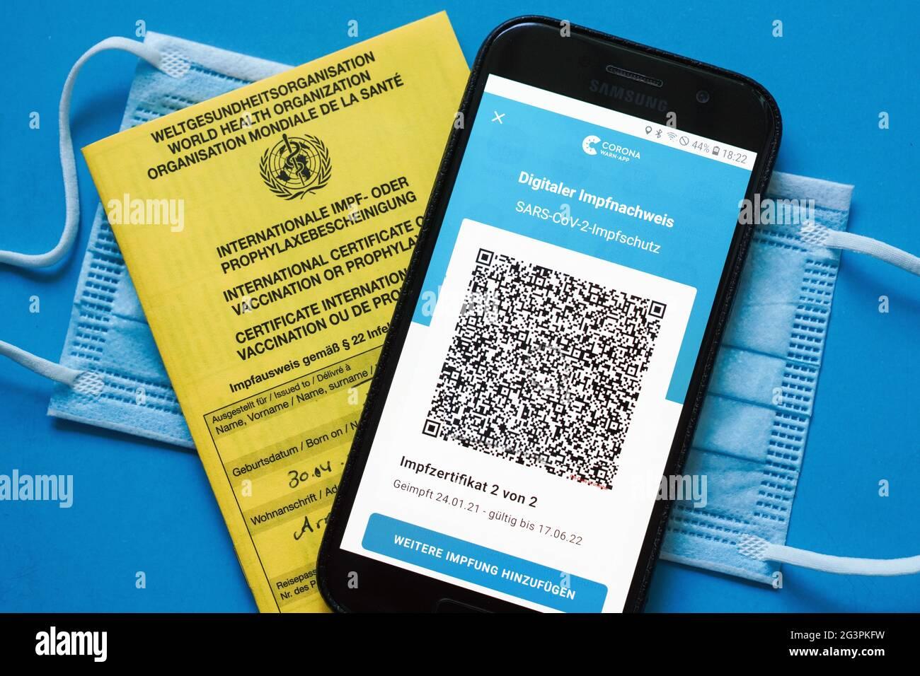 Qr Code Das Digitale Impfzertifikat In Der Corona Warn App Auf Einem Smartphone Bestatigt Eine Abgeschlossenen Impfung Gegen Covid 19 Liegt Auf Der Gelben Internationalen Impfbescheinigung Impfpass Achtung Qr Code Und Personliche Angaben Sind