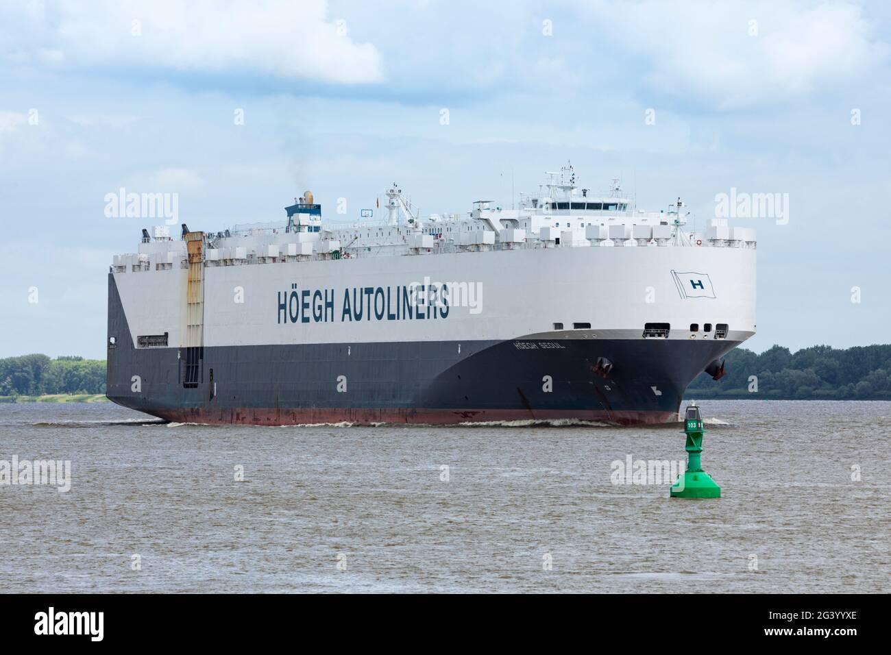 Stade, Allemagne - 15 juin 2021 : porte-véhicules HOEGH Séoul sur l'Elbe en direction de Hambourg. Le navire appartenant à Höegh Autoliners navigue sous Norvégien Banque D'Images