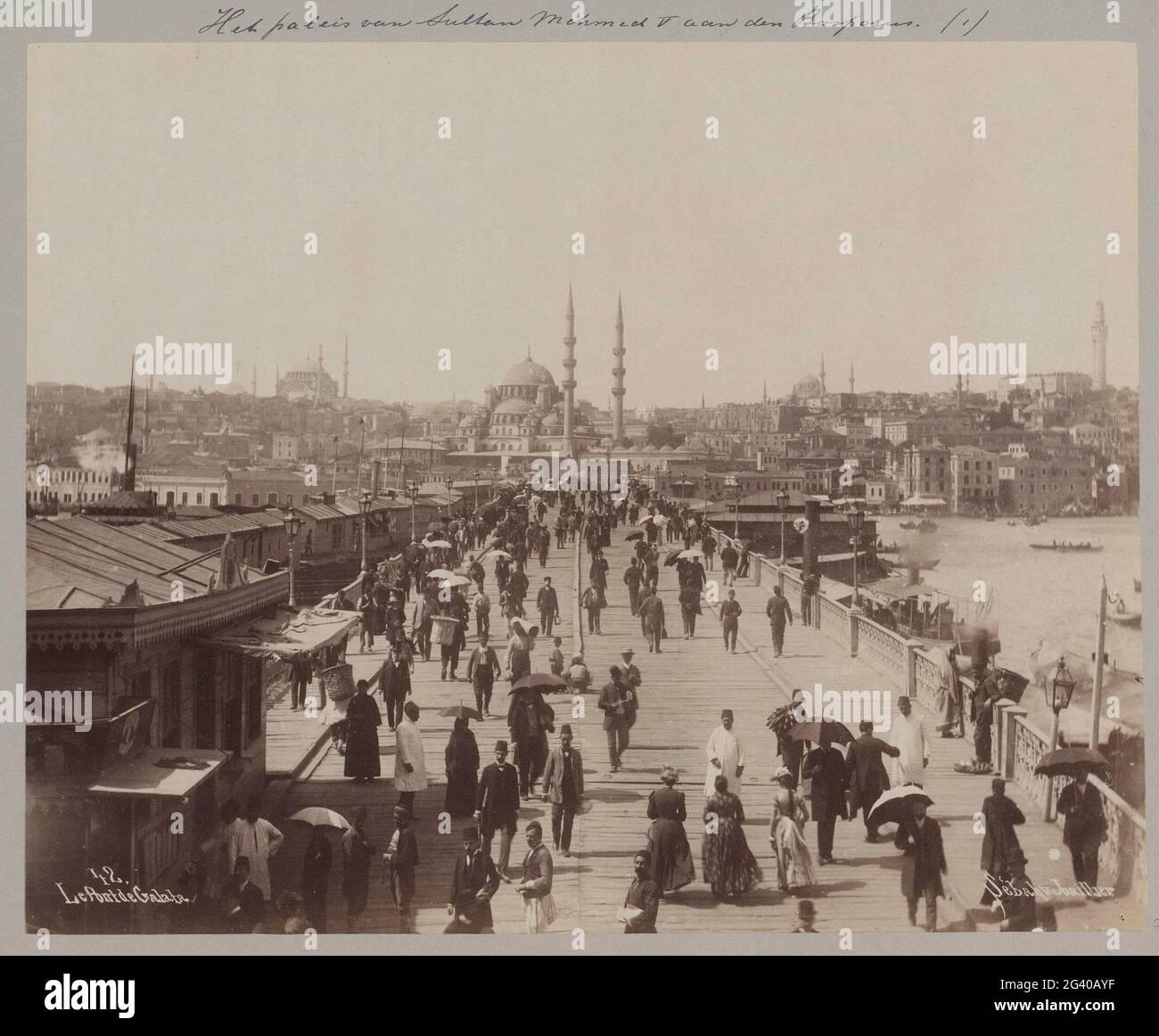 Pont de Galata à Istanbul en direction du quartier d'Eminönü; le Pont de Galata. Partie d'un album photo d'un voyage à travers l'Europe du Sud et le Moyen-Orient. Banque D'Images