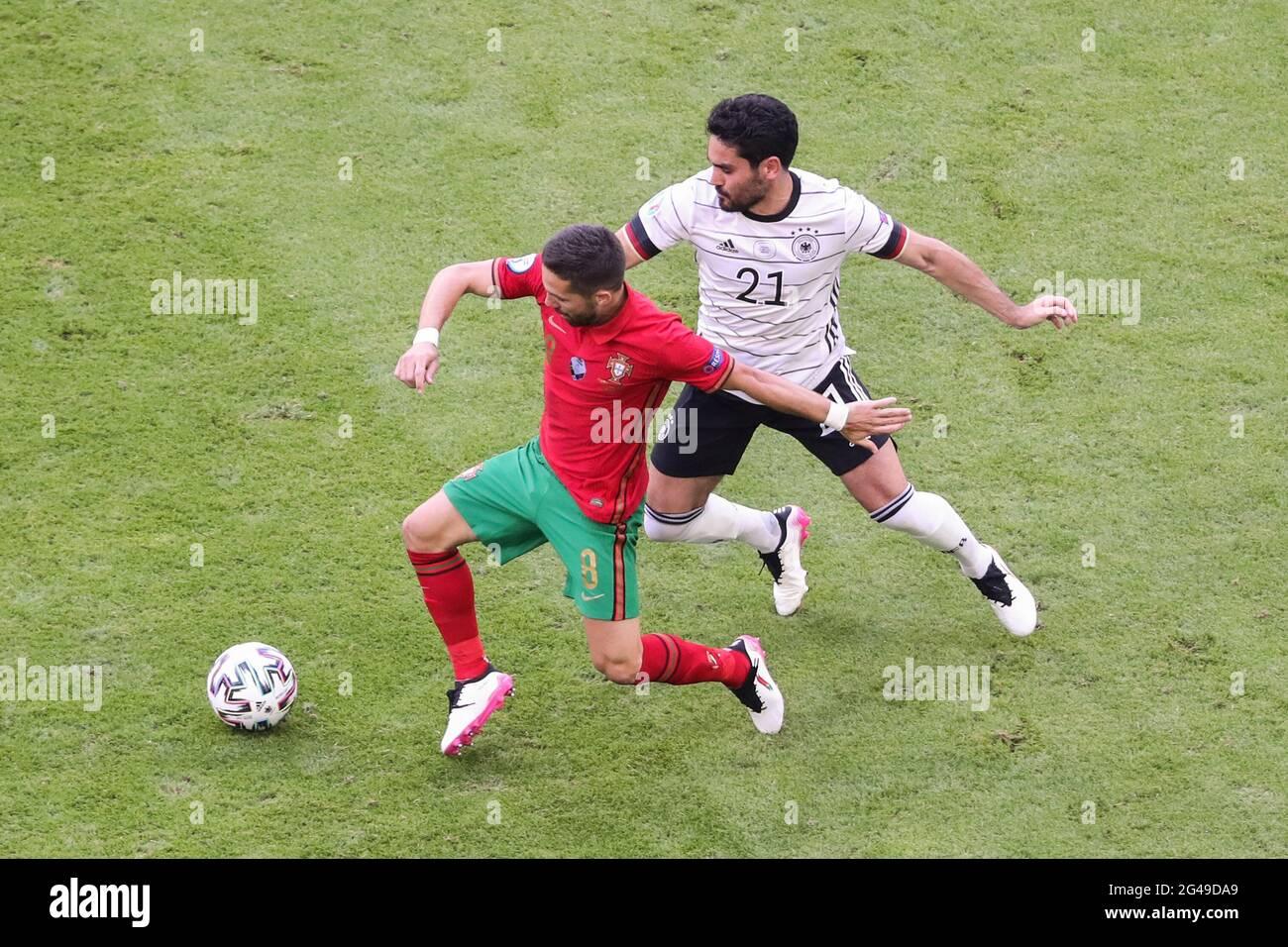 Munich, Allemagne. 19 juin 2021. Ilkay Guendogan (R) d'Allemagne rivalise avec Joao Moutinho du Portugal lors du championnat UEFA Euro 2020 du groupe F à Munich, Allemagne, le 19 juin 2021. Credit: Shan Yuqi/Xinhua/Alay Live News Banque D'Images