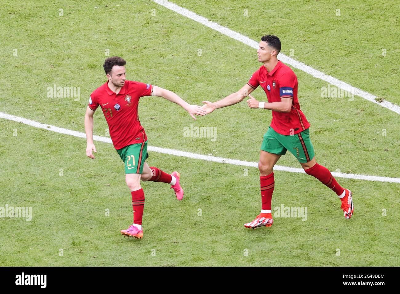 Munich, Allemagne. 19 juin 2021. Diogo Jota (L) du Portugal célèbre ses scores avec son coéquipier Cristiano Ronaldo lors du match de championnat F de l'UEFA Euro 2020 entre le Portugal et l'Allemagne à Munich, en Allemagne, le 19 juin 2021. Credit: Shan Yuqi/Xinhua/Alay Live News Banque D'Images