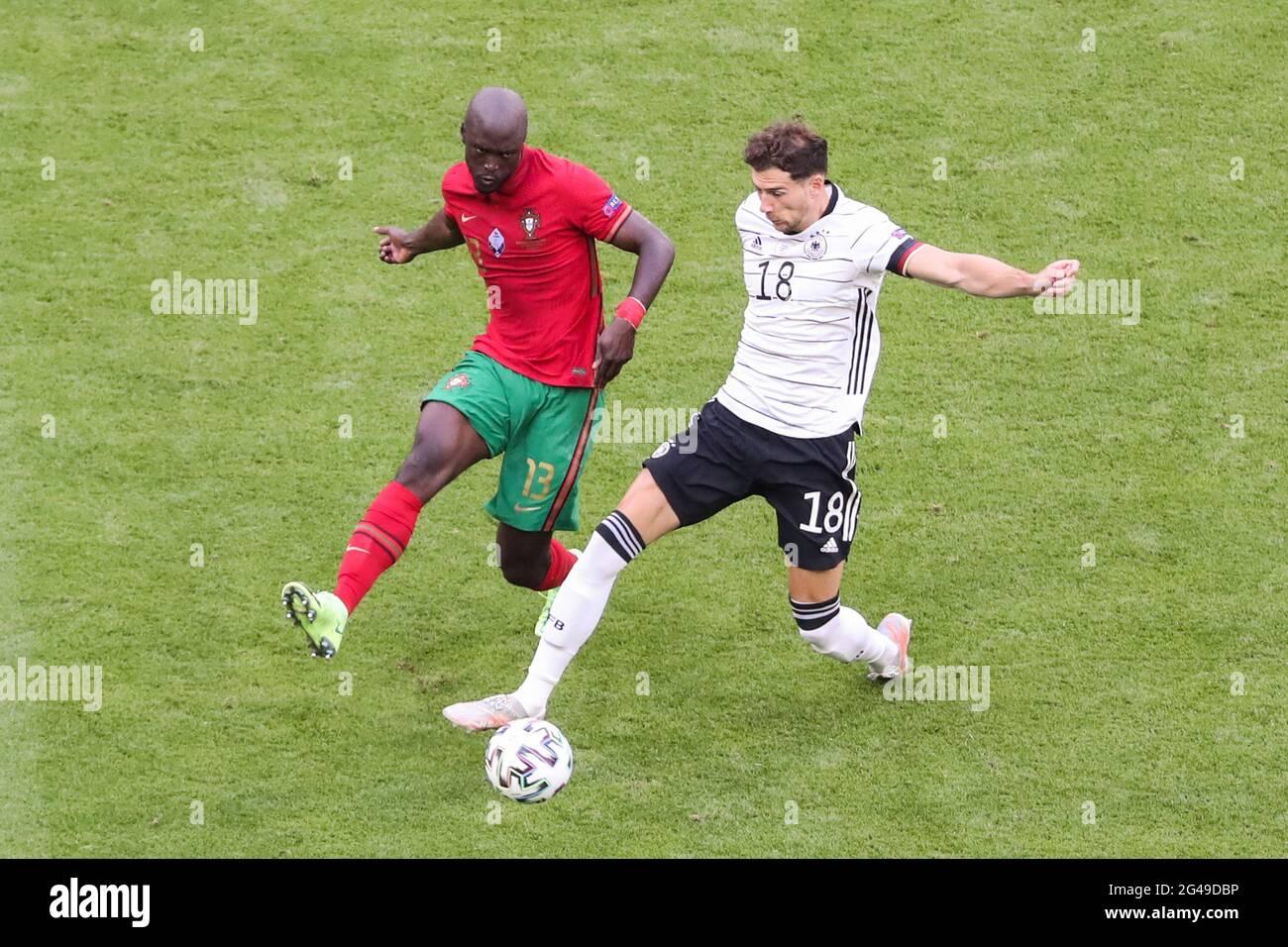 Munich, Allemagne. 19 juin 2021. Leon Goretzka (R) d'Allemagne rivalise avec Danilo Pereira du Portugal lors du championnat de l'UEFA Euro 2020 du Groupe F à Munich, en Allemagne, le 19 juin 2021. Credit: Shan Yuqi/Xinhua/Alay Live News Banque D'Images