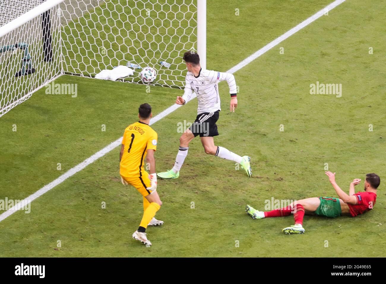 Munich, Allemagne. 19 juin 2021. Kai Havertz (C) d'Allemagne prend un coup de points lors du match de l'UEFA Euro 2020 Championship Group F à Munich, en Allemagne, le 19 juin 2021. Credit: Shan Yuqi/Xinhua/Alay Live News Banque D'Images