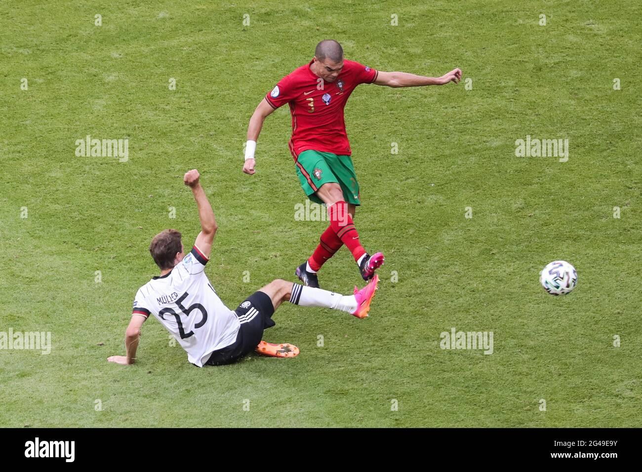 Munich, Allemagne. 19 juin 2021. Pepe (en haut) du Portugal rivalise avec Thomas Mueller d'Allemagne lors du match de l'UEFA Euro 2020 Championship Group F à Munich, en Allemagne, le 19 juin 2021. Credit: Shan Yuqi/Xinhua/Alay Live News Banque D'Images